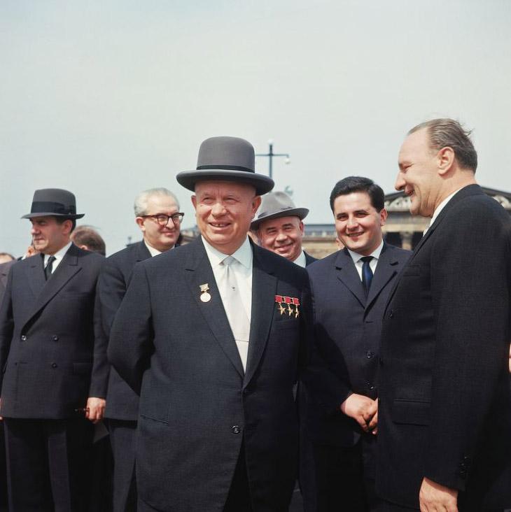 2. Одним из обвинений, брошенных Хрущеву на Октябрьском пленуме, было слишком большое количество зар