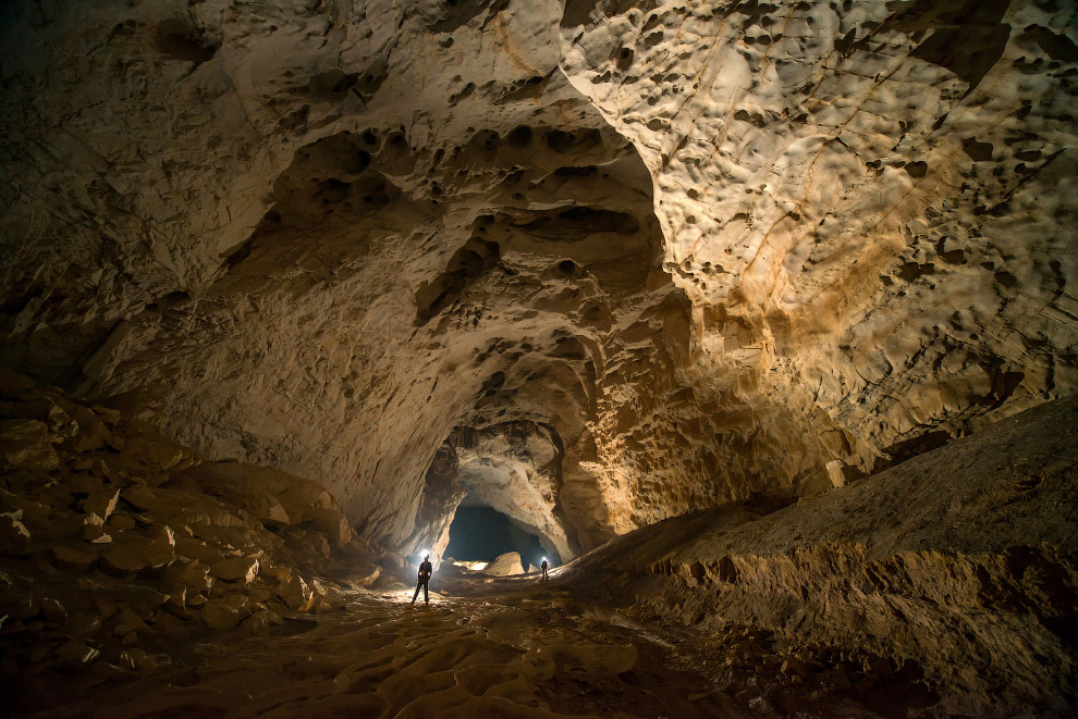 12. Согласно оценкам, максимальная глубина залегания ходов пещер под поверхностью (не путать с