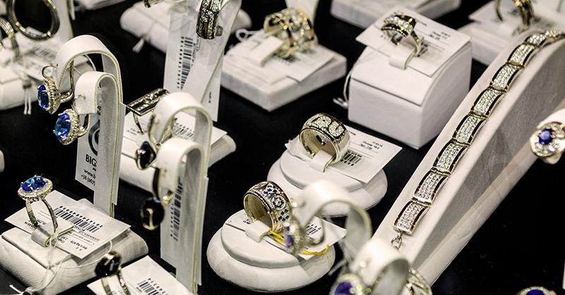 В каталоге интернет-магазине можно купить красивые украшения, которые отличаются дизайном и оформлен