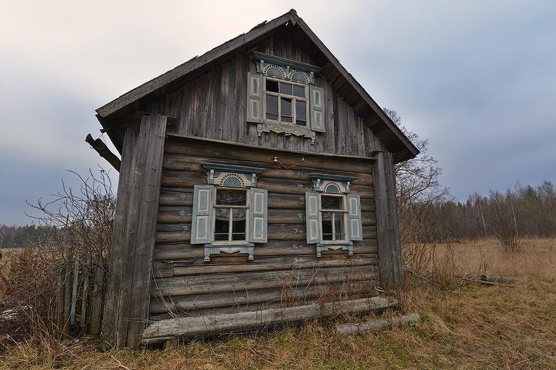 4. Несмотря на свою простоту, дом украшают весьма оригинальные наличники со ставнями. Отличительной