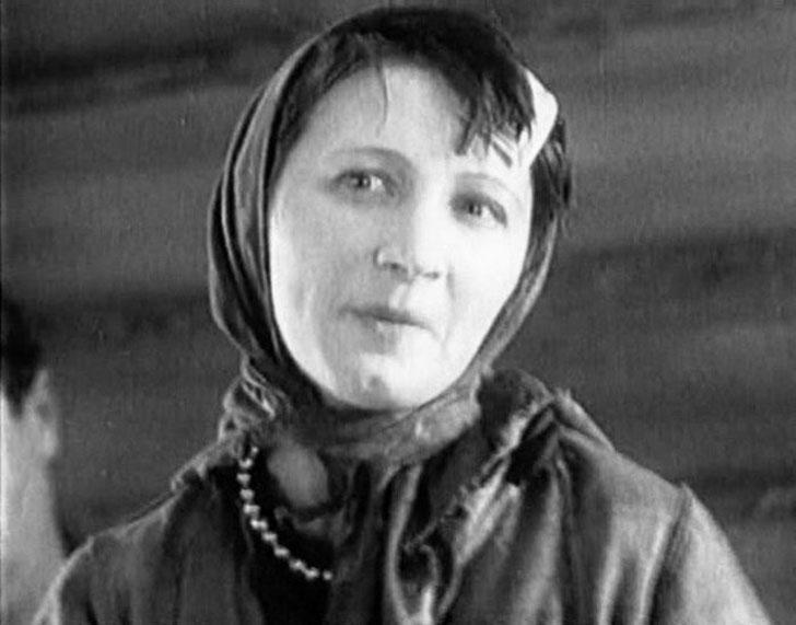 Рина Зелёная, 1931, «Путевка в жизнь» — девушка из «малины» Жигана.