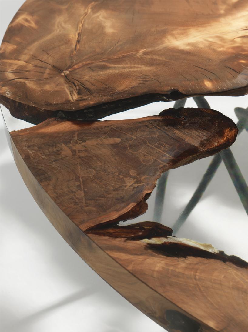 Стол с частями дерева возрастом 50000 лет