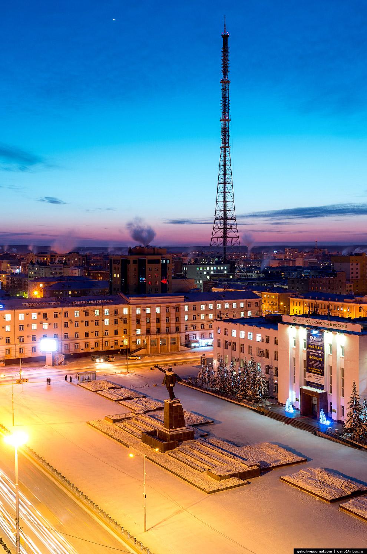 26. Площадь Дружбы народов.  В первой половине XIX века здесь находился центр Якутска. Площа