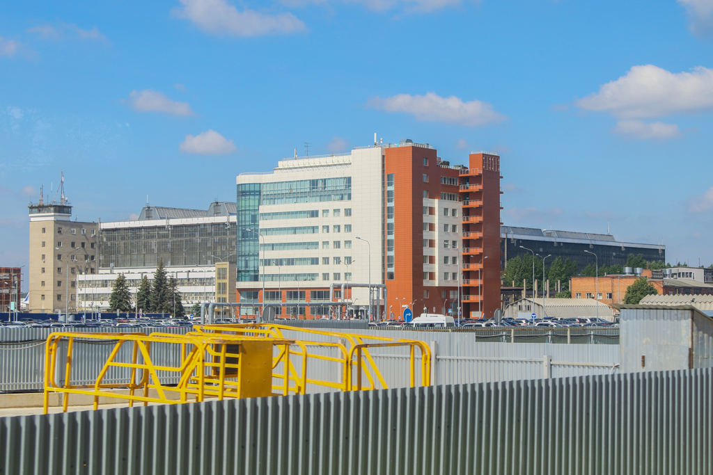 Заветное здание с нужной столовой видно уже на подъезде к аэропорту Домодедово. По ходу движения оно