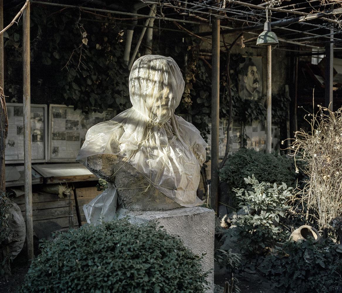 Ушанги Д. живет в многоквартирном доме. В 1956 году начал строить в саду у дома музей Сталина.