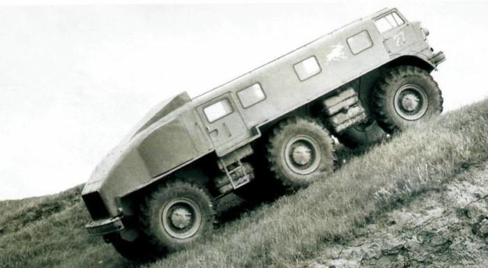 Управляемыми у ЗиЛ-167 были передние и задние колёса, синхронно поворачивавшиеся во взаимно противоп