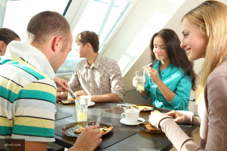Учёные назвали факторы, покоторым люди судят друг о приятеле