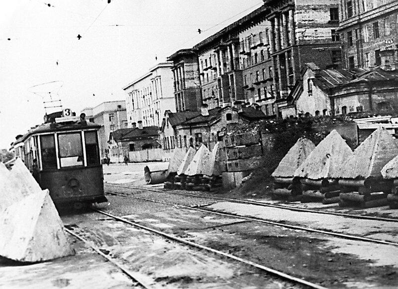 Трамвай № 3 у баррикады на Московском шоссе