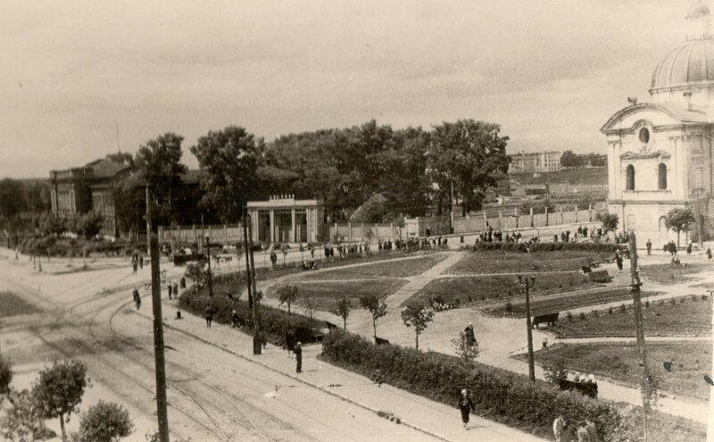 417700 Площадь Революции восстановлена после войны.jpg