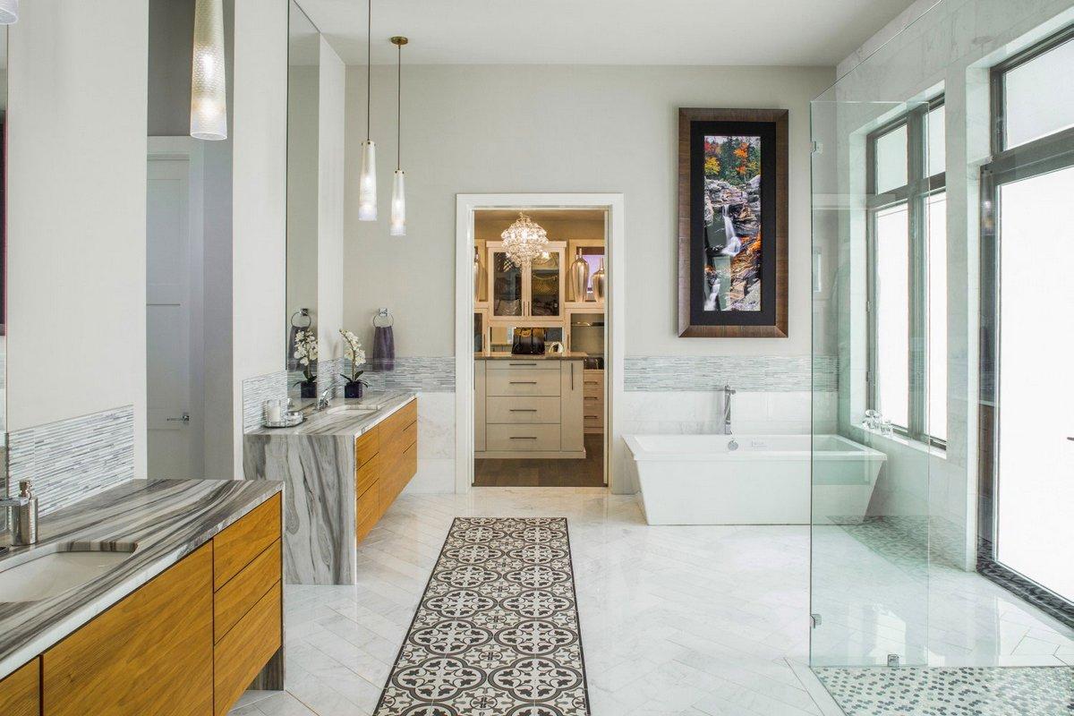 Огромная ванная комната в частном доме