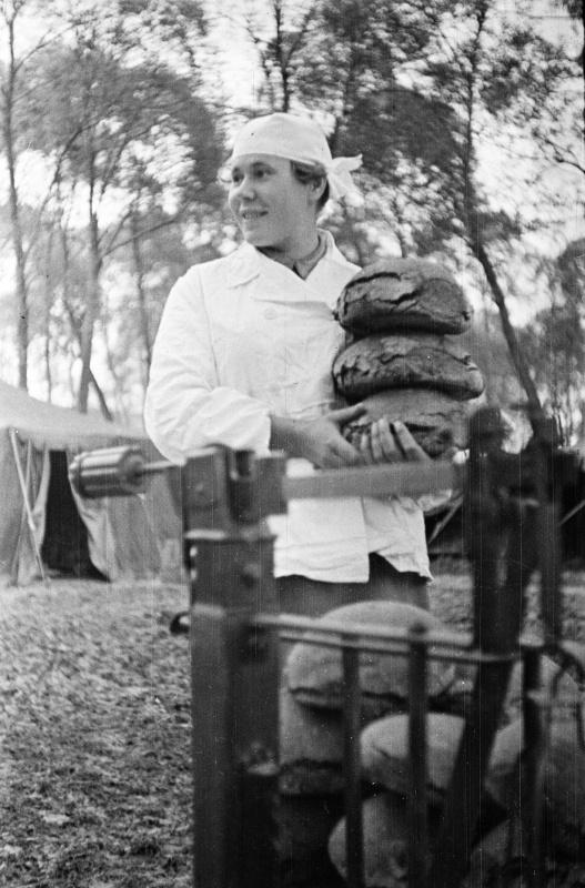 Женщина-хлебопек гвард. части в полевой хлебопекарне на Курской дуге. 07.43.jpg