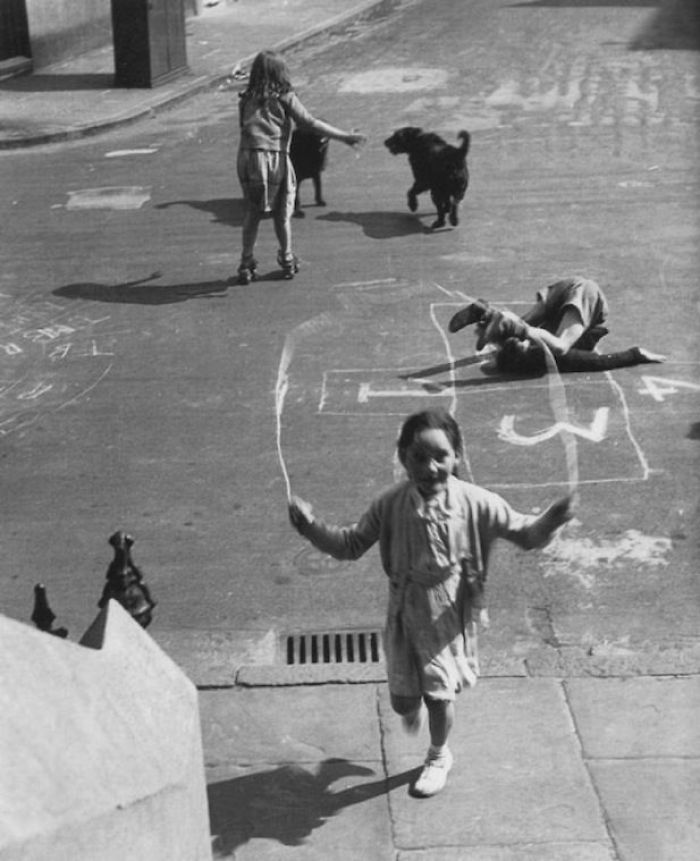 historical-children-playing-photography-58a45a15ca8c0__700.jpg