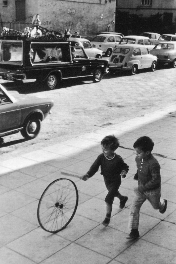 historical-children-playing-photography-106-58a5bb7917d89__700.jpg