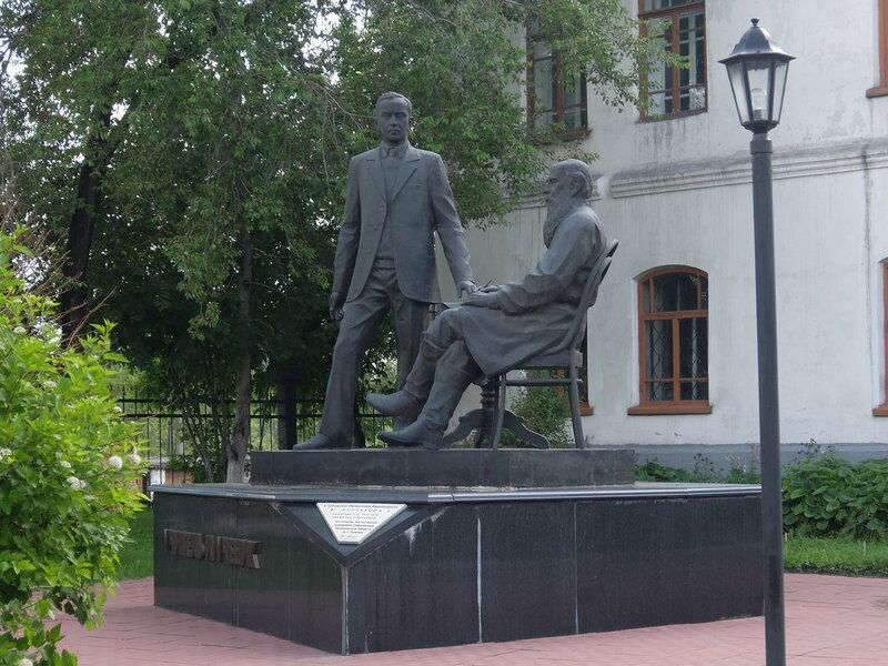 Памятник Булгакову и Толстому в Новокузнецке
