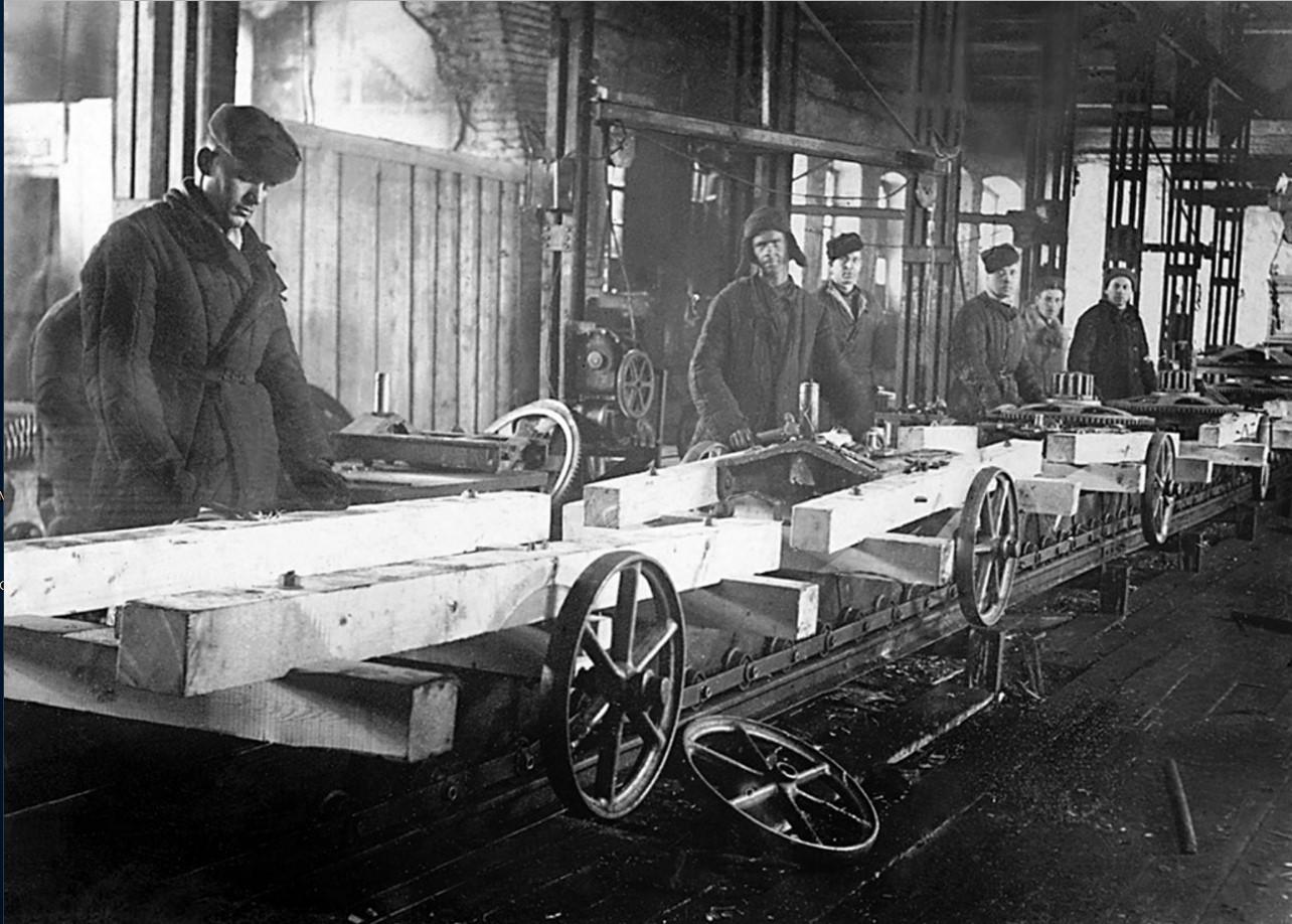 Челябинск. Цех завода по изготовлению конных приводов. Сборка на конвейере