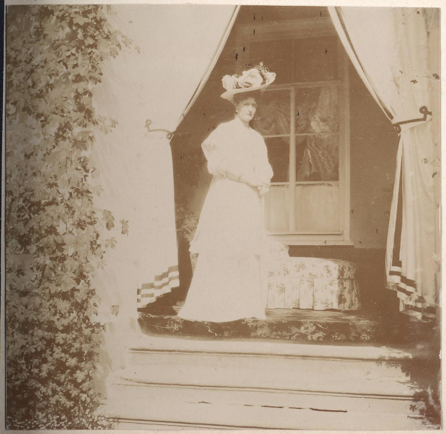 Императрица на балконе дворца