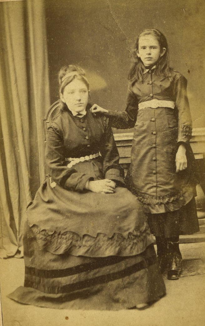 Портрет молодой женщины и девочки. 1870-е
