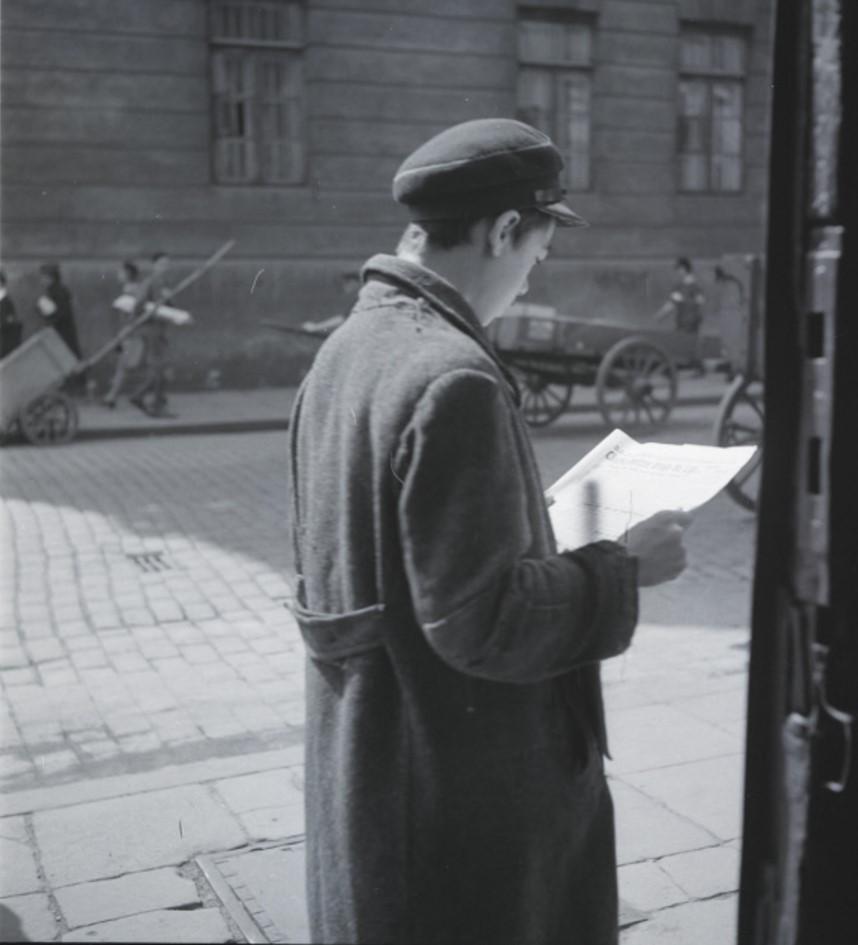 Чтение газет на улице