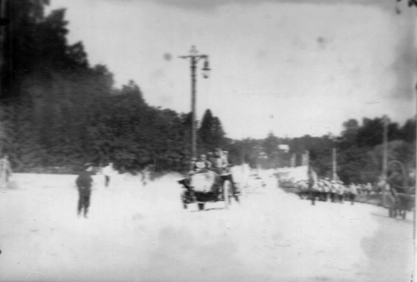 07. Автомобили - участники пробега приближаются к контрольному пункту. Впереди автомобиль № 7