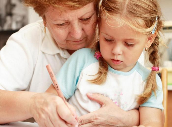 Бабушка — это женщина такая, которая маленьких девочек и мальчиков любит