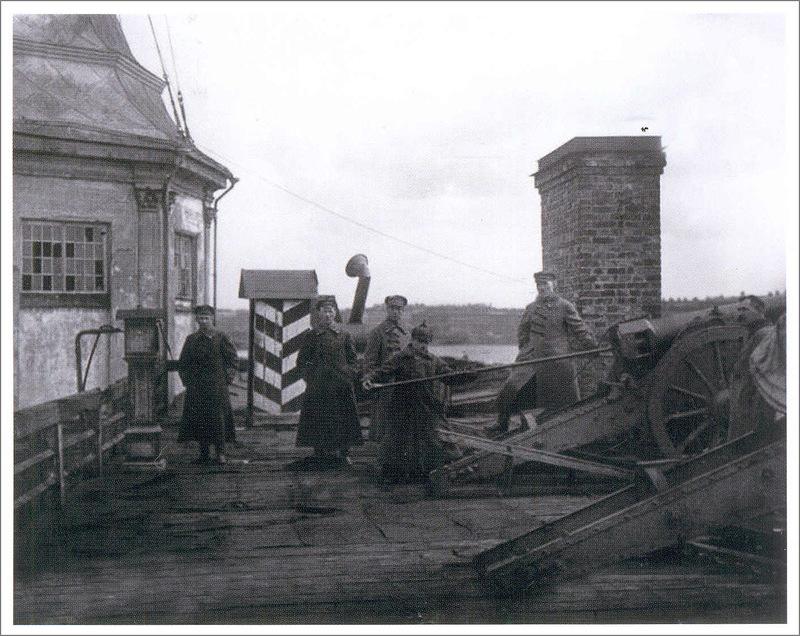 Неизвестный фотограф. Подготовка к полуденному выстрелу на Нарышкином бастионе. 1924. Фотография. ЦГА КФФД.jpg