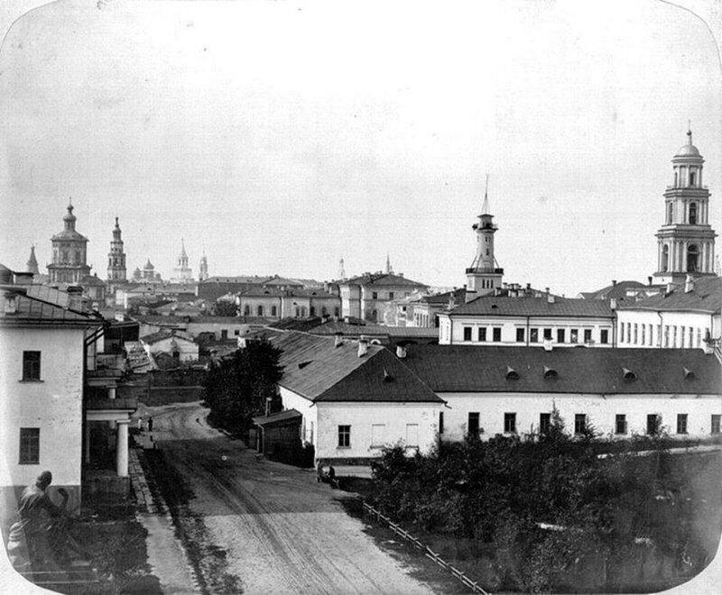 1860е Казань. Университетский двор. Слева памятник Державину, справа колокольня Воскресенской церкви.jpg