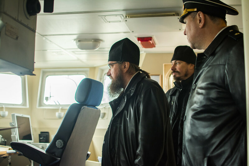 Моряки Каспийской флотилии показали боевые возможности кораблей митрополиту Астраханскому и Камызякскому Никону