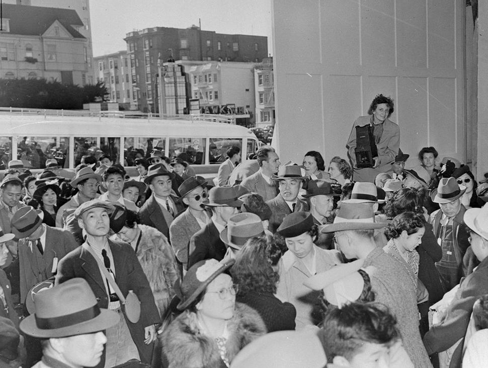 Американцы японского происхождения собрались в Сан-Франциско перед транспортацией в место сбора, что