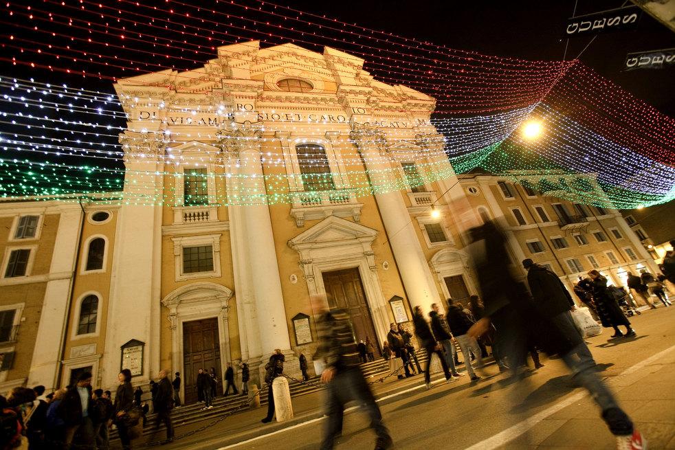 13. Молодежь гуляет по украшенным итальянским улочкам в Риме. (ZUMA24.com / Donatella Giagnori / Eid