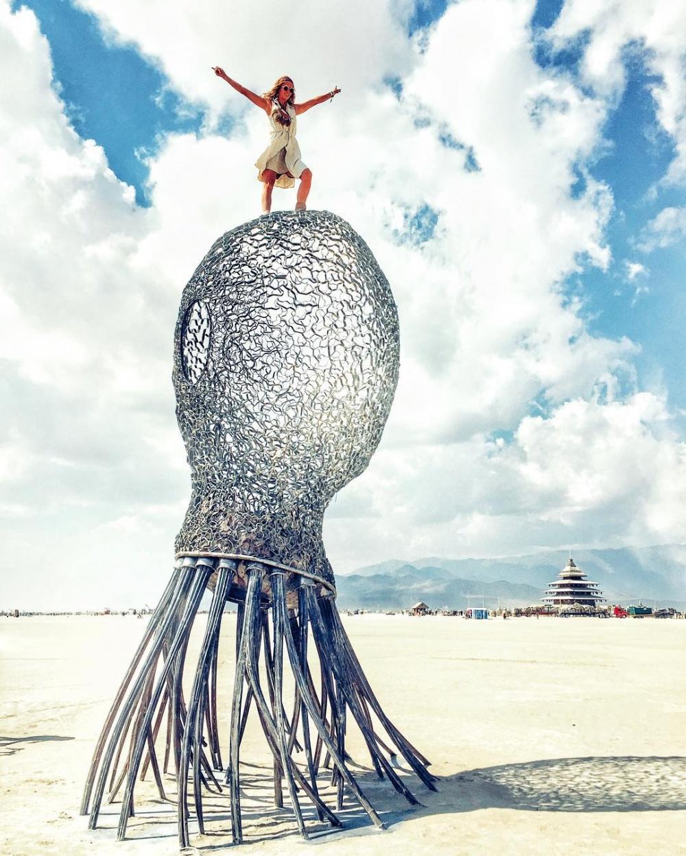Огромная скульптура осьминога.