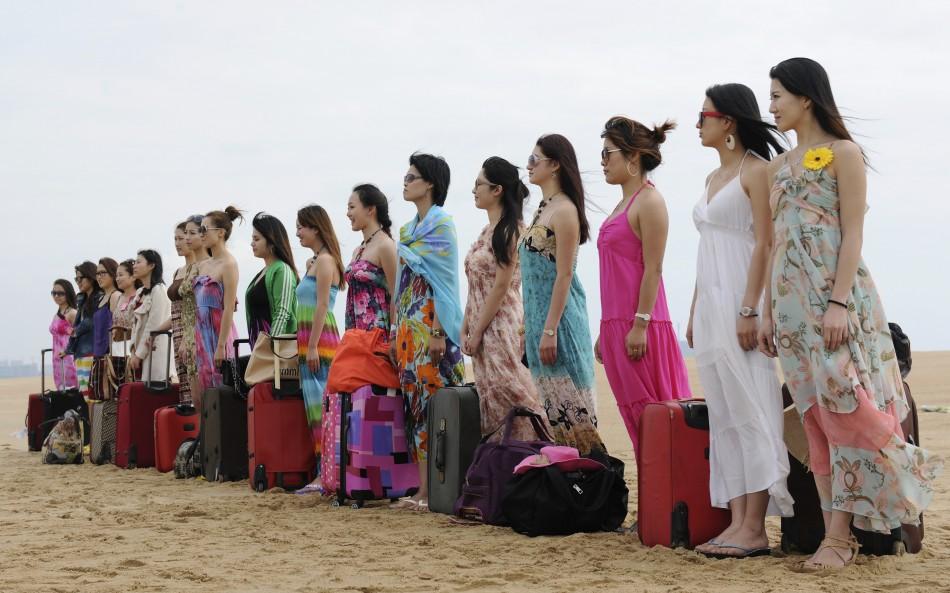 1. Это не кастинг на конкурс красоты. Это будущие телохранительницы в первый день тренировки в китай
