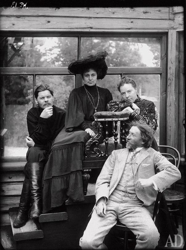 Семья крестьянина Воронова слушает радио, CCCР, 1928 год.