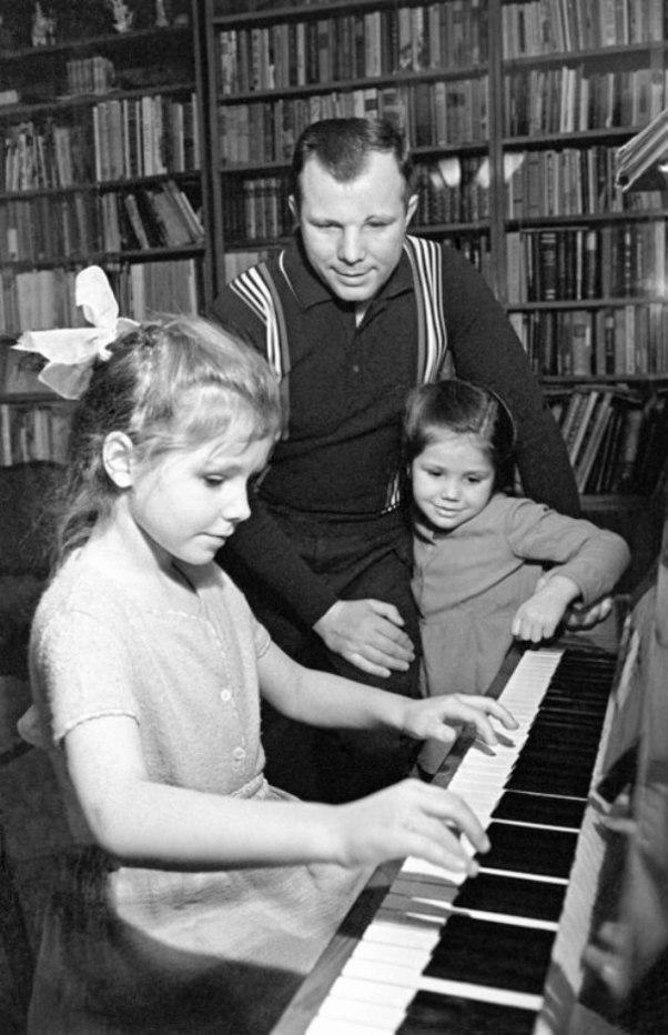 16. Юрий Гагарин вместе с дочерьми Галей и Леной. За два дня до полета Гагарин написал письмо жене В