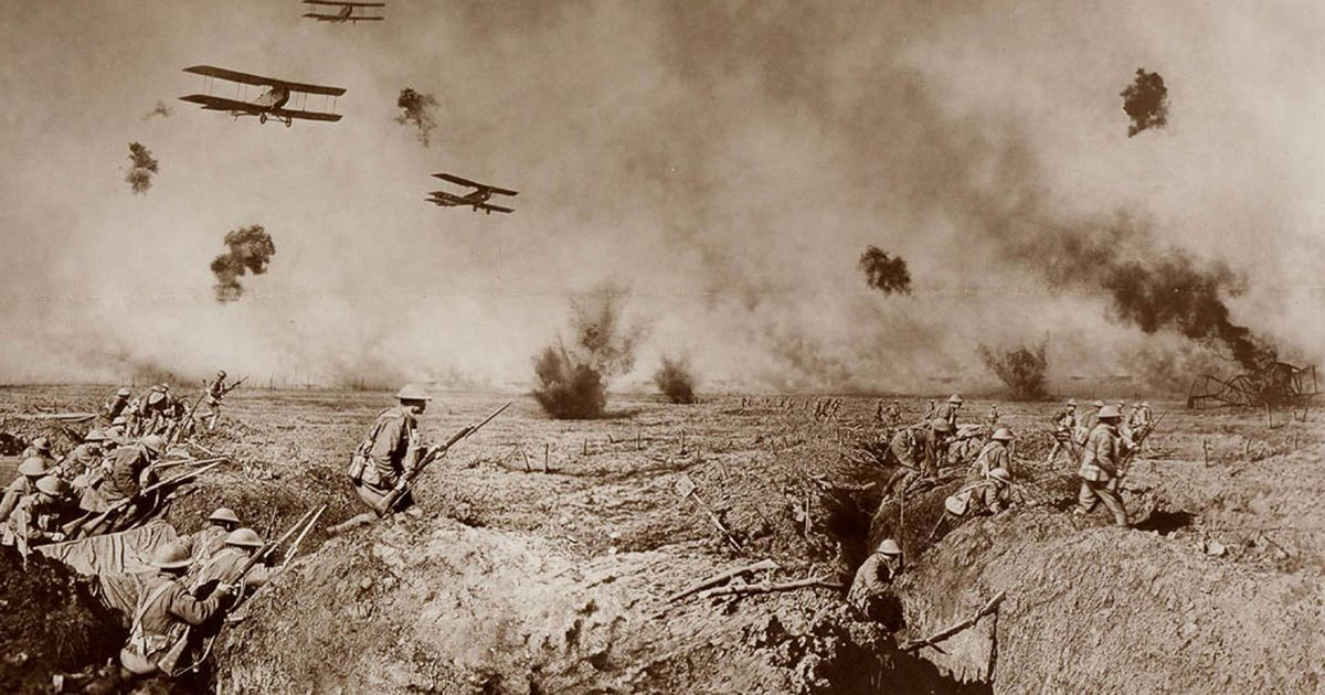 """Обоз везет амуницию к линии фронта """"Мы двигались к Хазелбруку, и небо постепенно становилось в"""