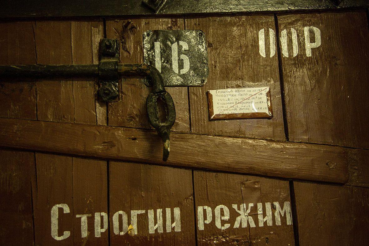 Дверь, ведущая в карцер.