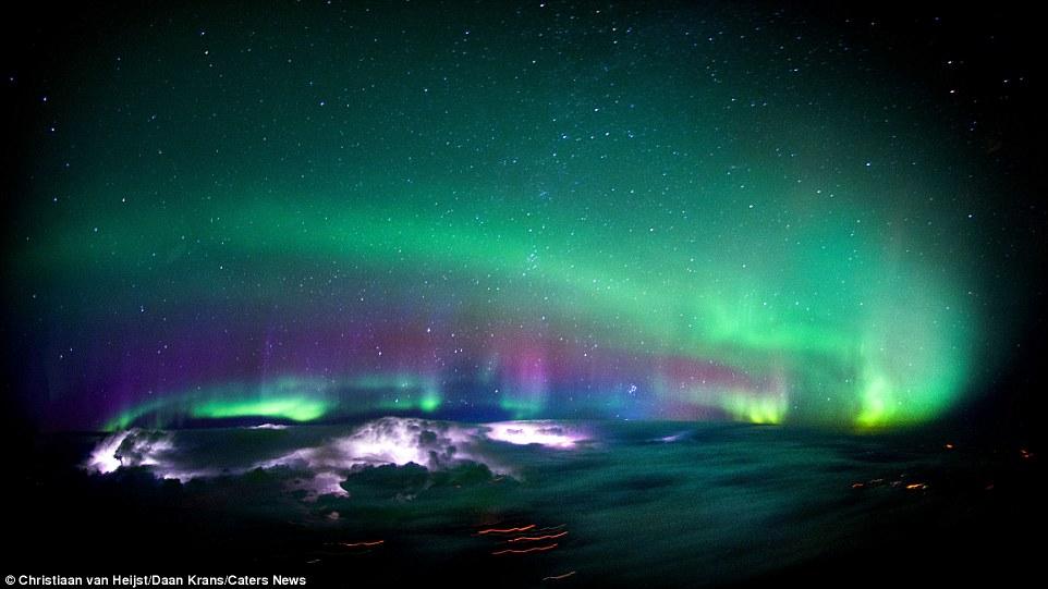 «Прекрасное северное сияние в небе над Канадой, которое к тому же еще и подсвечивается снизу несколь
