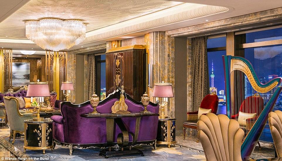 В зоне ночной жизни отеля находится клуб Club Reign с собственными винным и сигарным барами, а также