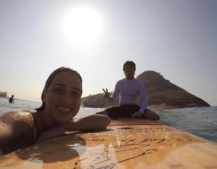 Пара из Бразилии покоряет сеть невероятными трюками на одной доске для сёрфинга