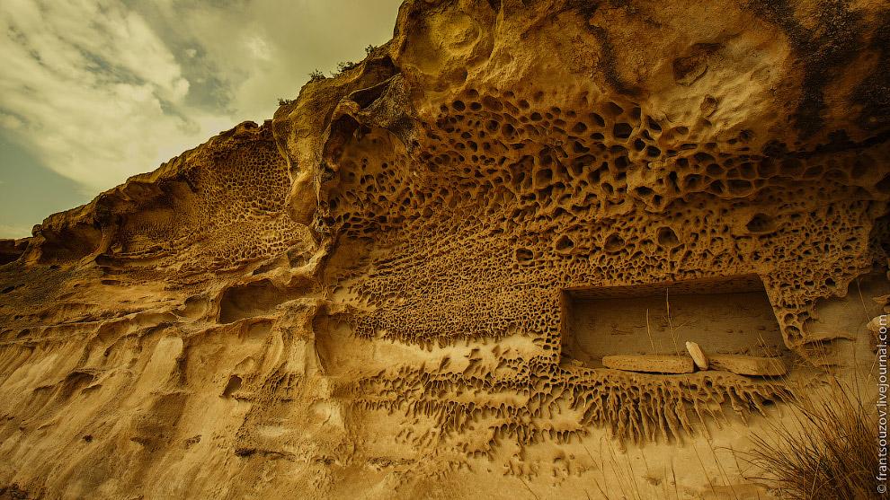 25. Руками человека в песчанике сделано несколько прямоугольных ниш, в одной из которых, вроде