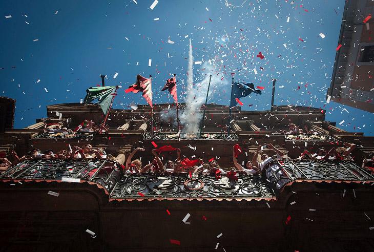 Такие традиционные красные шарфы, поднятые вверх, означают официальное открытие фестиваля Сан Фермин