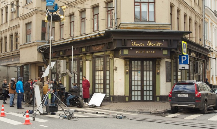 Ресторан в сериале носит имя художника Моне, но мало кому известно, что в пилотной версии он наз