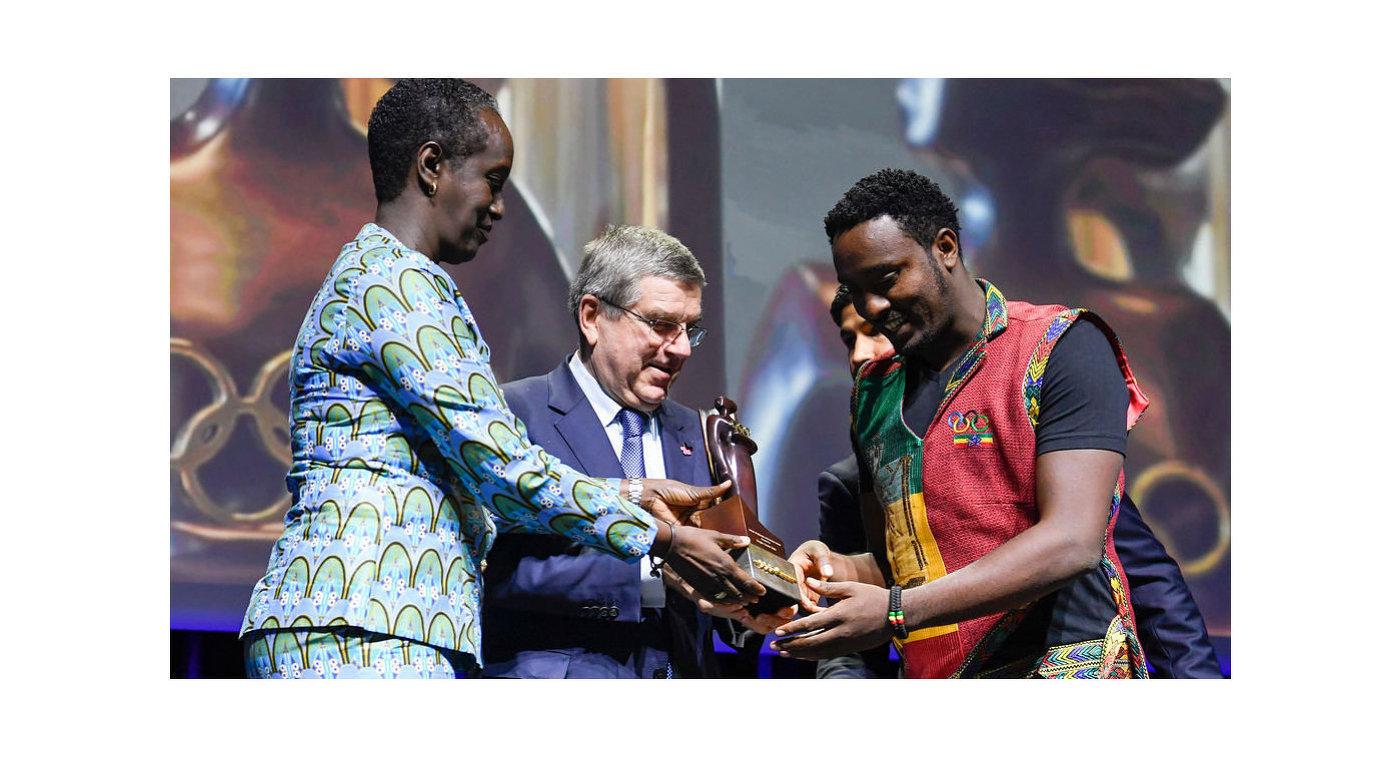 МОК впервый раз вручил награду «Женщины испорт» мужчине
