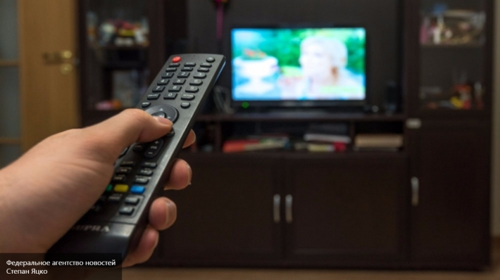 Ученые пояснили, почему опасно есть перед телевизором