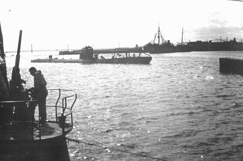 Подводная лодка С-7 в гавани Кронштадта. 1942 г.