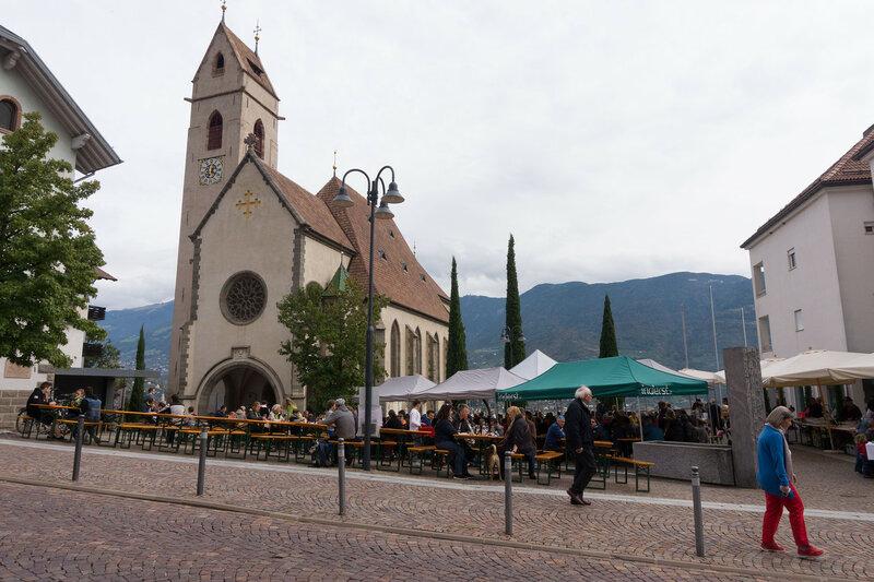 Площадь с туристами в пригородах Мерано