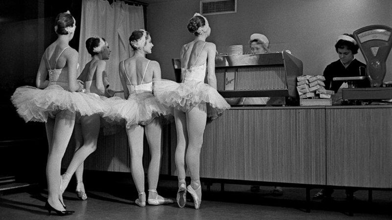 522561 _Лебеди_. Артистки балета Большого театра СССР в буфете Кремлевского Дворца съездов 1963 Евгений Умнов.jpg