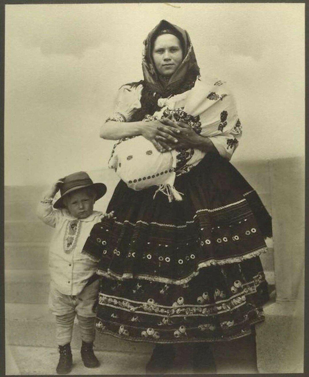 Женщина из Словакии с ребенком