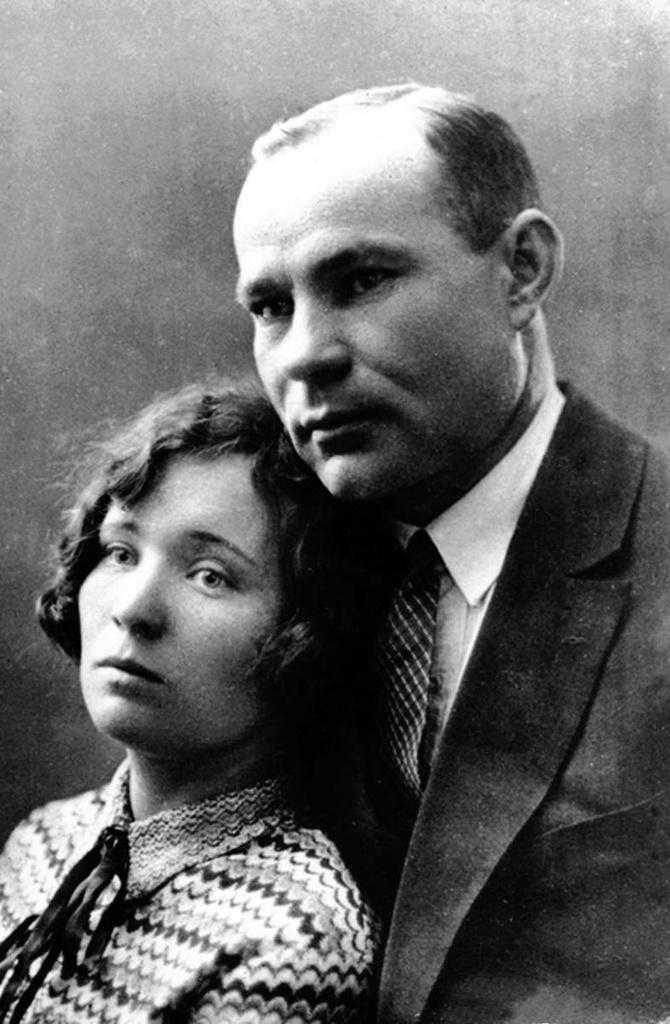 Пласт. Карл Янович Зейте с женой Антониной Дмитриевной. С 18 апреля 1936 года по август 1937 был директором «Кочкарьзолото»