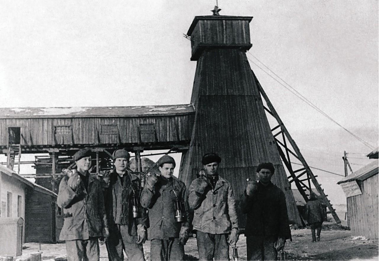 Копейск. Шахта № 16. Комсомольско-молодежная фронтовая бригада навалоотбойщиков. 1943