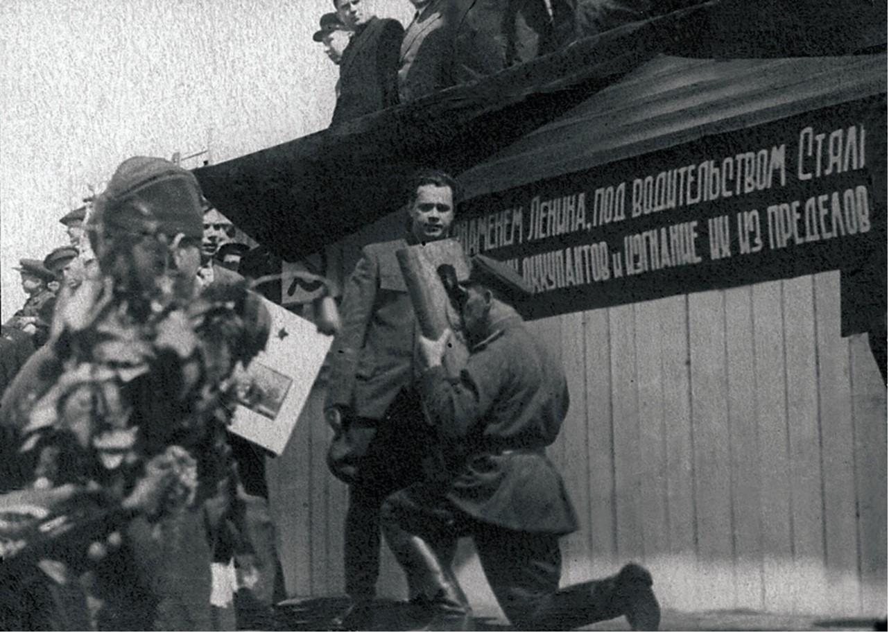 Челябинск. Первый секретарь Челябинского обкома ВКП(б) Николай Патоличев передает Наказ командиру бригады полковнику В. И. Коновалову. 1943